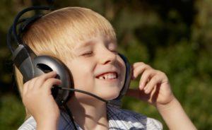 Прослушивание музыки с помощью наушников