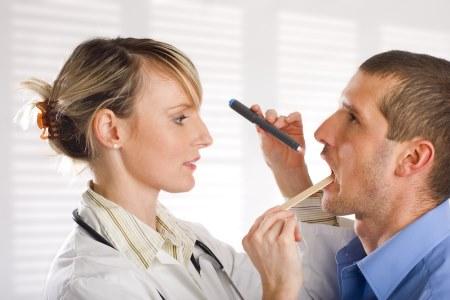 Диагностика горла при ангине